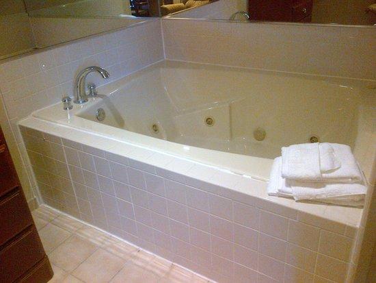 Super 8 Madison/Hanover Area: Hot Tub