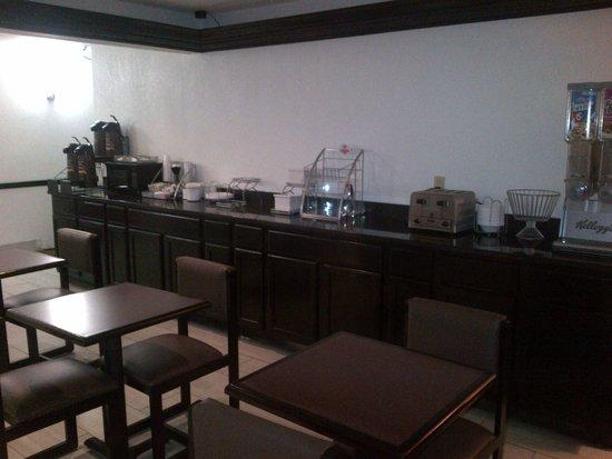 Super 8 Madison/Hanover Area: Breakfast Area