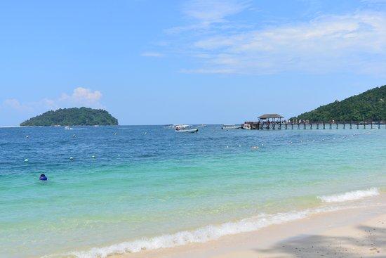 Manukan Island: マヌカン島のボート乗り場付近のビーチです。