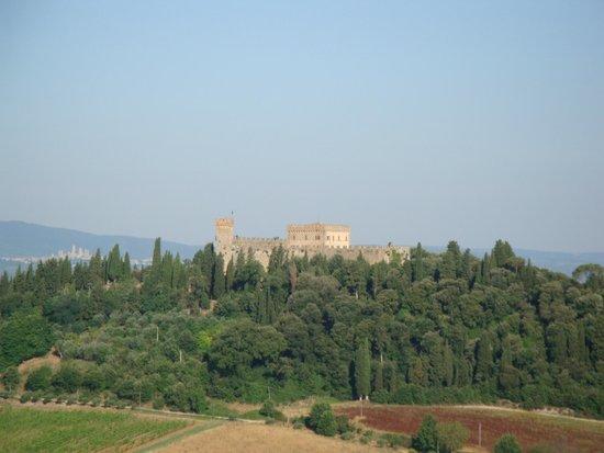 I Melograni del Chianti: View of nearby castle