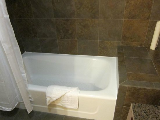 Wine Valley Inn & Cottages: Bathroom in 205