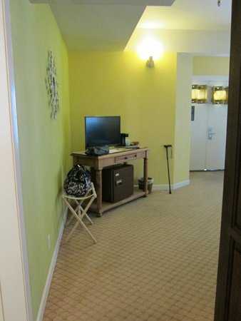 Wine Valley Inn & Cottages: Village King Room 203 (Wheelchair Accessible)