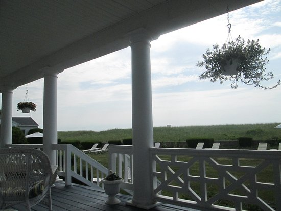 The Gull Motel, Inn and Cottages: View from the porch - short walk to ocean.