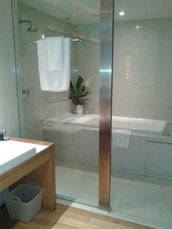 Maduzi Hotel: Shower and tub area