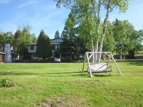 Thomsonite Beach Inn & Suites : looking back at the Inn from down by the lake