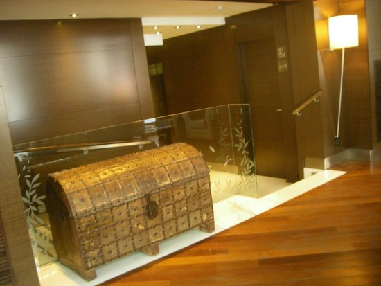 Hotel Colonial Barcelona: Холл отеля, путь к лифту