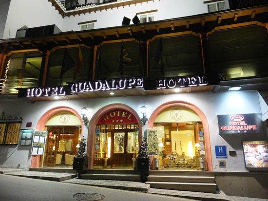 Guadalupe Hotel: 外観 夜