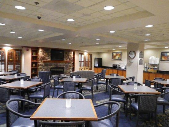 Wingate by Wyndham Erie : Lounge/Breakfast Area