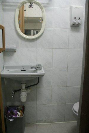 Dragon Hostel Hong Kong: Quad Room with private bathroom