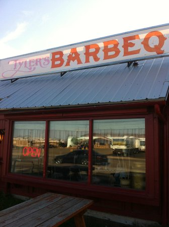 Tyler's Barbecue: The food is great...:)