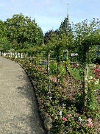 The Butchart Gardens: nice walkway