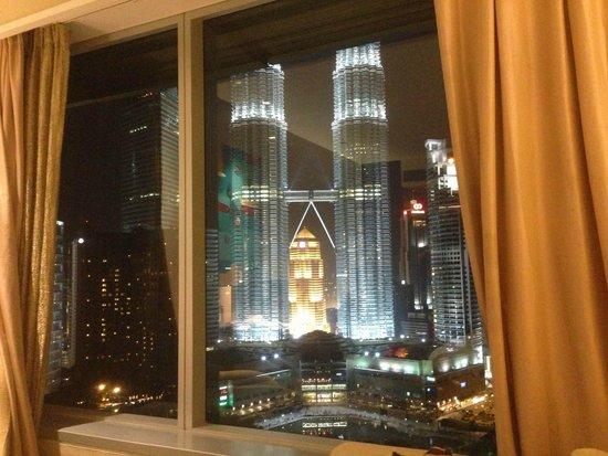 Traders Hotel, Kuala Lumpur: 部屋のカーテンあければ全面ツインタワー