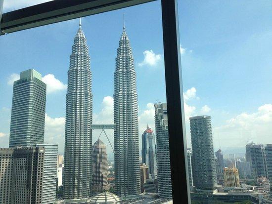 Traders Hotel, Kuala Lumpur: プールに入りながら見えるツインタワー