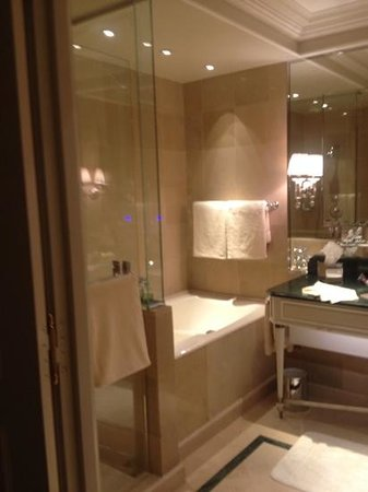 Four Seasons Hotel George V Paris: large shower and jacuzzi tub perfect for reenergizing sore feet