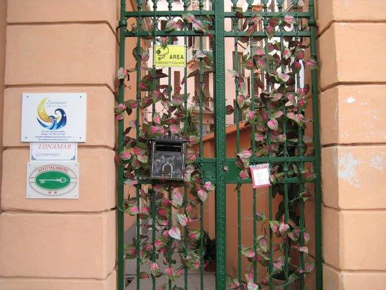 Affittacamere Lunamar: Front Gate