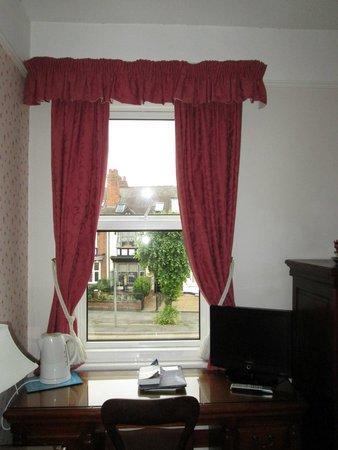 Virginia Lodge Guest House: Window