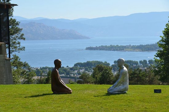West Kelowna, Kanada: View from grounds across the lake