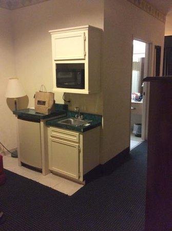 Days Inn and Suites Houston North/Aldine : kitchenette