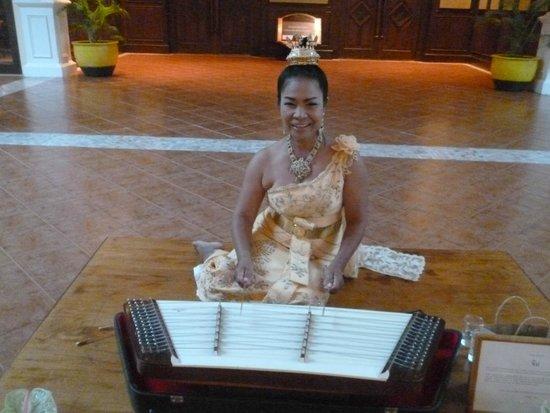 Sofitel Krabi Phokeethra Golf & Spa Resort : thai musician in lobby