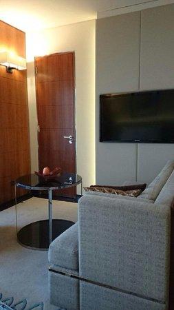 Jumeirah Emirates Towers: お部屋のソファー
