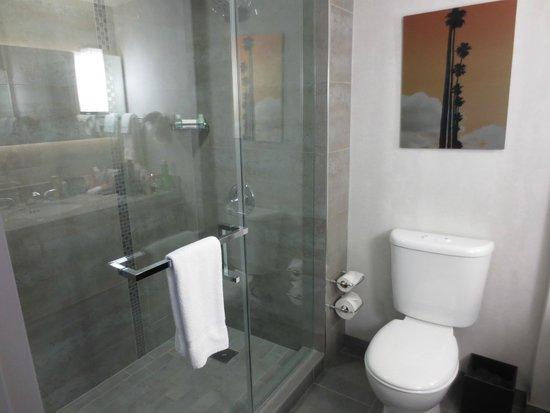 Loews Hollywood Hotel : Bathroom