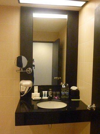 Deevana Plaza Phuket Patong: Room 437 Bathroom with all the Toiletries