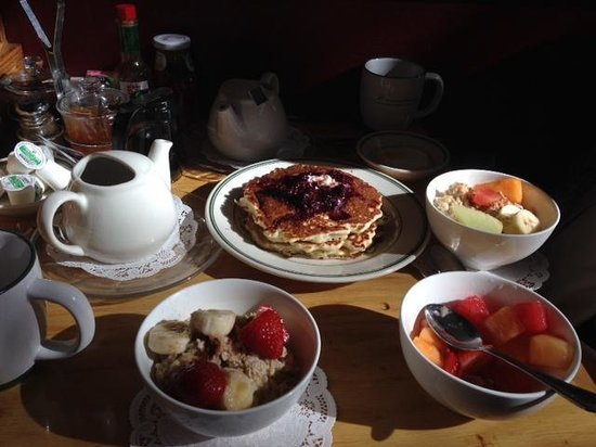 Cafe Sarafornia: Good-For-You Oatmeal, Fruit, and Pancakes