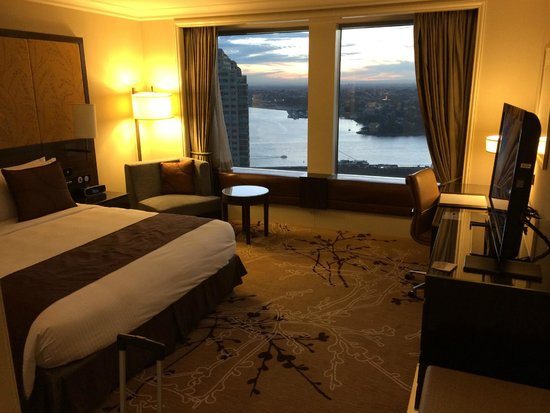Shangri-La Hotel Sydney: Our Westerly sunset facing room