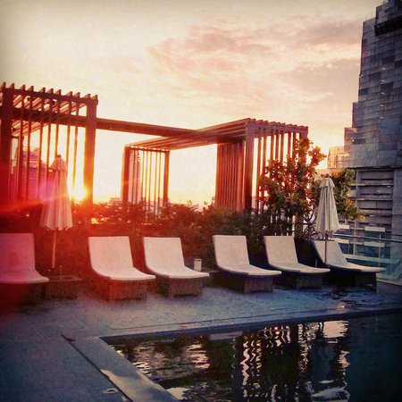 The Okura Prestige Bangkok : Sunset at the pool