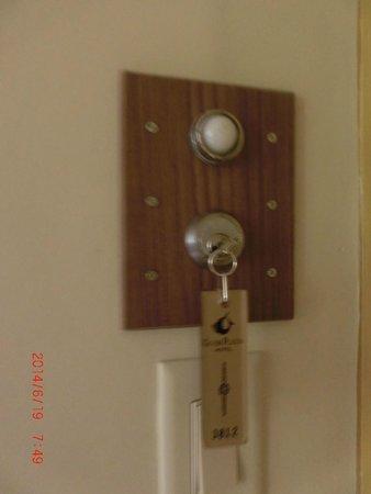 Guam Plaza Hotel: 鍵を挿すと電気がつく