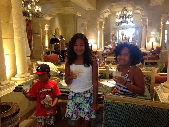 The Ritz-Carlton Orlando, Grande Lakes: Complimentary lemonade in the lobby