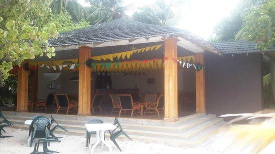 Adaaran Select Meedhupparu : Бар на пляже. Тут смотрели футбол на большом экране
