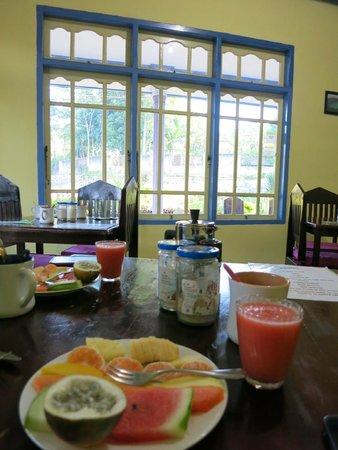 Hotel Happy Happy: Breakfast with plenty of fruits