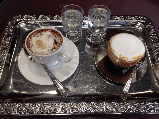 Caffè Della Nonna Con Crema Pasticciera Sul Fondo E Caffè Nuvola