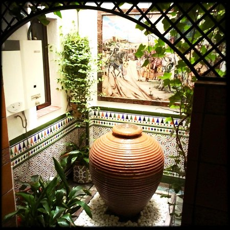Hostal Lima: Brunnen im Hostal-Flur, direkt vor dem Badezimmer-Fenster