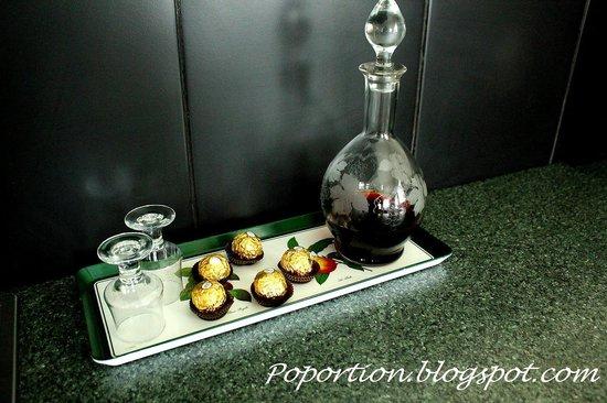 Trevallyn House B & B: Port wine and chocolates