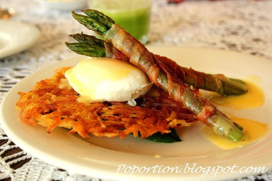 Trevallyn House B & B: Asparagus wrapped in proscuitto with poached egg in hollandaise sauce