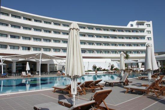 TUI Sensimar Lindos Bay Resort & Spa: Вид с бассейна на отель