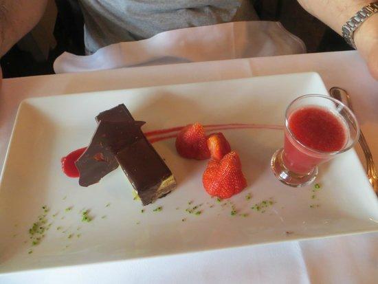 Brasserie Flo - Les Beaux Arts : gateau au chocolat/coulis de fraise