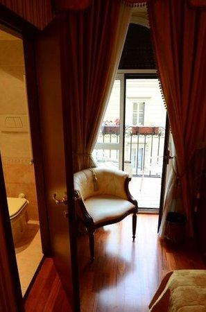 Hotel Pace Helvezia: Floor five,room 86. Balcony/bathroom area.