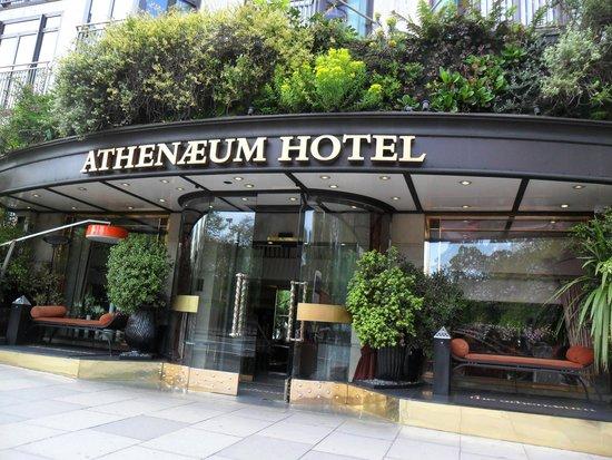 The Athenaeum Hotel & Residences: Athenaeum amazing lobby