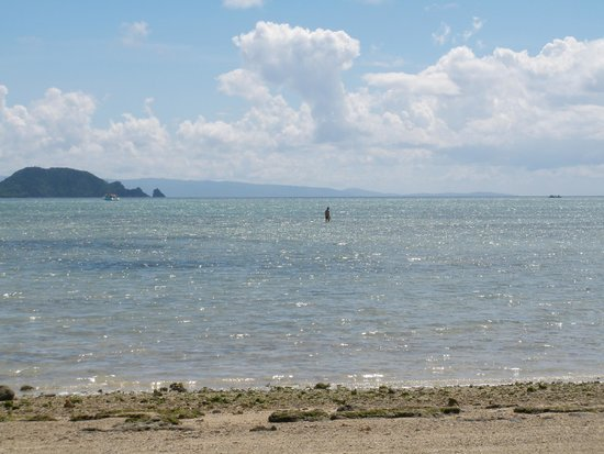 Kabira Park: Shallow see at the Seaside Hotel at low tide