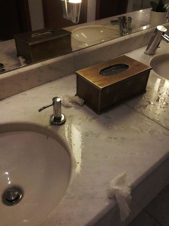 Sheraton Dammam Hotel & Convention Centre: Misuse of toilet