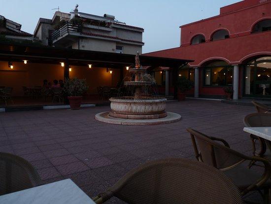 Hotel Costa d'Oro: fontana che a sera si illumina
