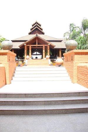 Aureum Palace Hotel & Resort Bagan: Die Lobby von außen