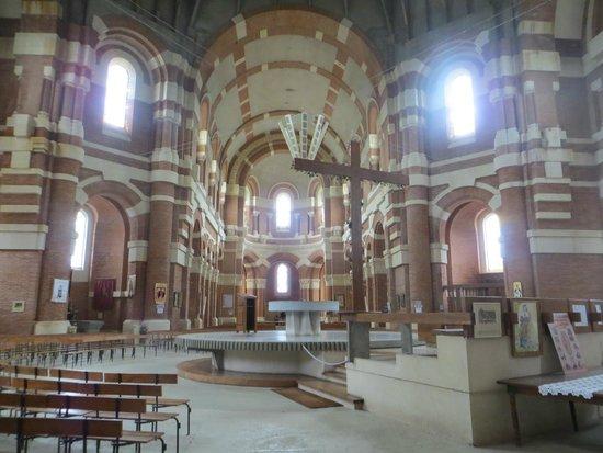 Basilique Sainte-Germaine: Intérieur de la Basilique