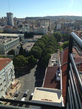 Holiday Inn Lisbon: Vy från poolen på taket