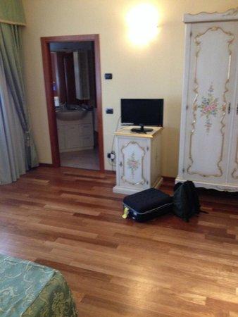 Grand Hotel Primavera : Staande naast bed, richting badkamer