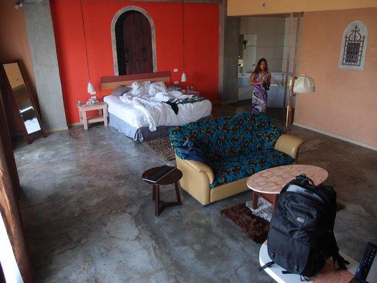 The Henry Hotel Cebu: Big Room!