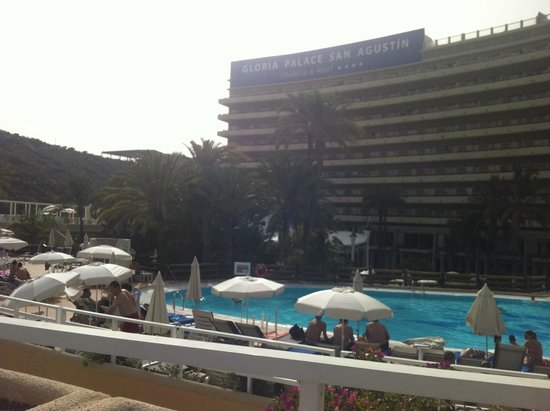 Gloria Palace San Agustín Thalasso & Hotel: Widok hotelu z basenu.